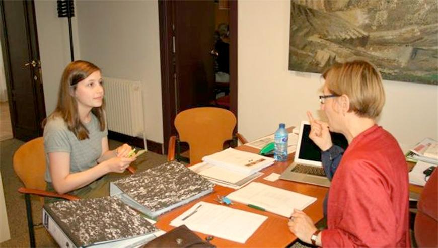 Profesora de Españo dando clases individuales a una alumna